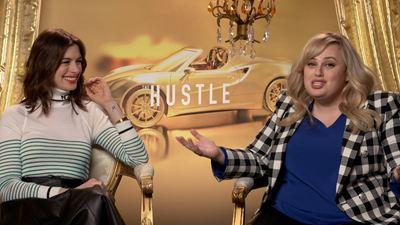 'Timadoras compulsivas': Anne Hathaway y Rebel Wilson nos cuentan si han timado a alguien alguna vez