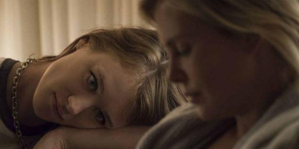 'Tully': Charlize Theron comienza a vivir su vida gracias a la ayuda de una niñera en el nuevo tráiler de la película