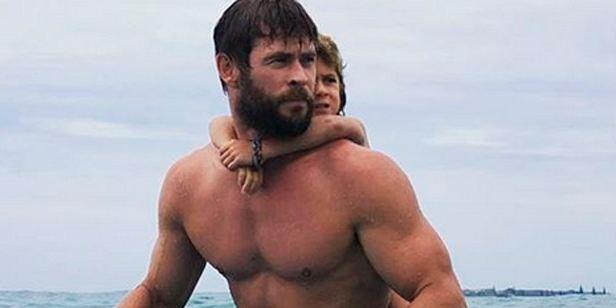 Descubre el estilo inimitable de Chris Hemsworth jugando a la comba y surfeando