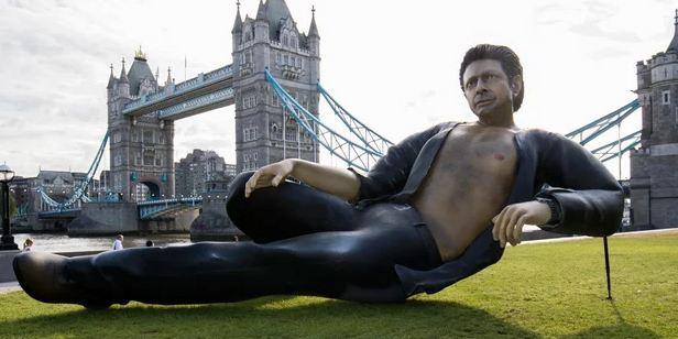 'Jurassic Park': Erigen en el centro de Londres esta estatua gigante de Jeff Goldblum en su famosa pose