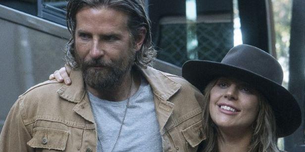 Lady Gaga llora durante un homenaje público a su gran amigo Bradley Cooper