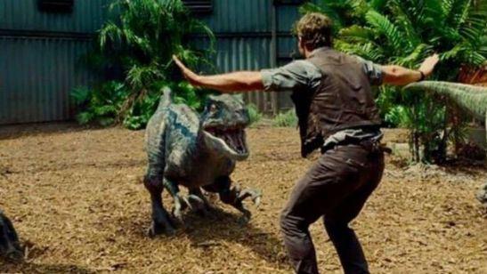 'Jurassic World': Varios cuidadores zoológicos copian la 'pose velociraptor' de Chris Pratt en la película
