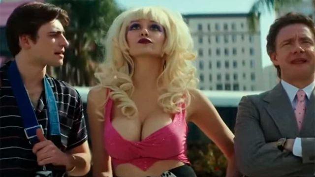 'Angelyne': Emmy Rossum de 'Shameless', totalmente irreconocible en el tráiler de su nueva serie