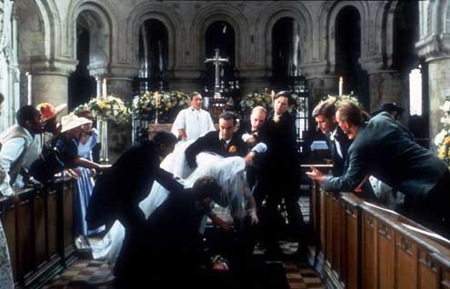 Cuatro bodas y un funeral  foto John Hannah, Mike Newell