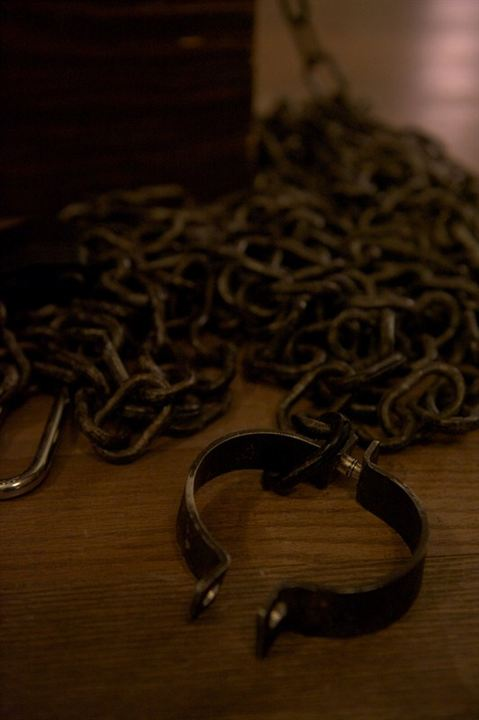 Chained : Foto