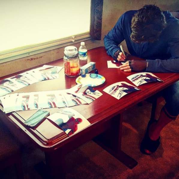 ¡Firmando autógrafos!