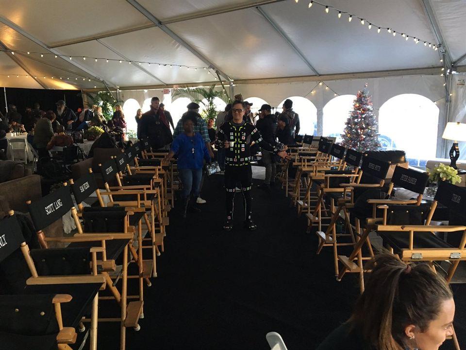 Mark Ruffalo rodeado de las sillas de todo el reparto principal