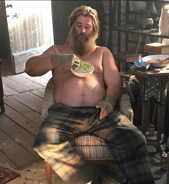 Chris Hemsworth dándole un nuevo uso a su barriga de Thor gordo