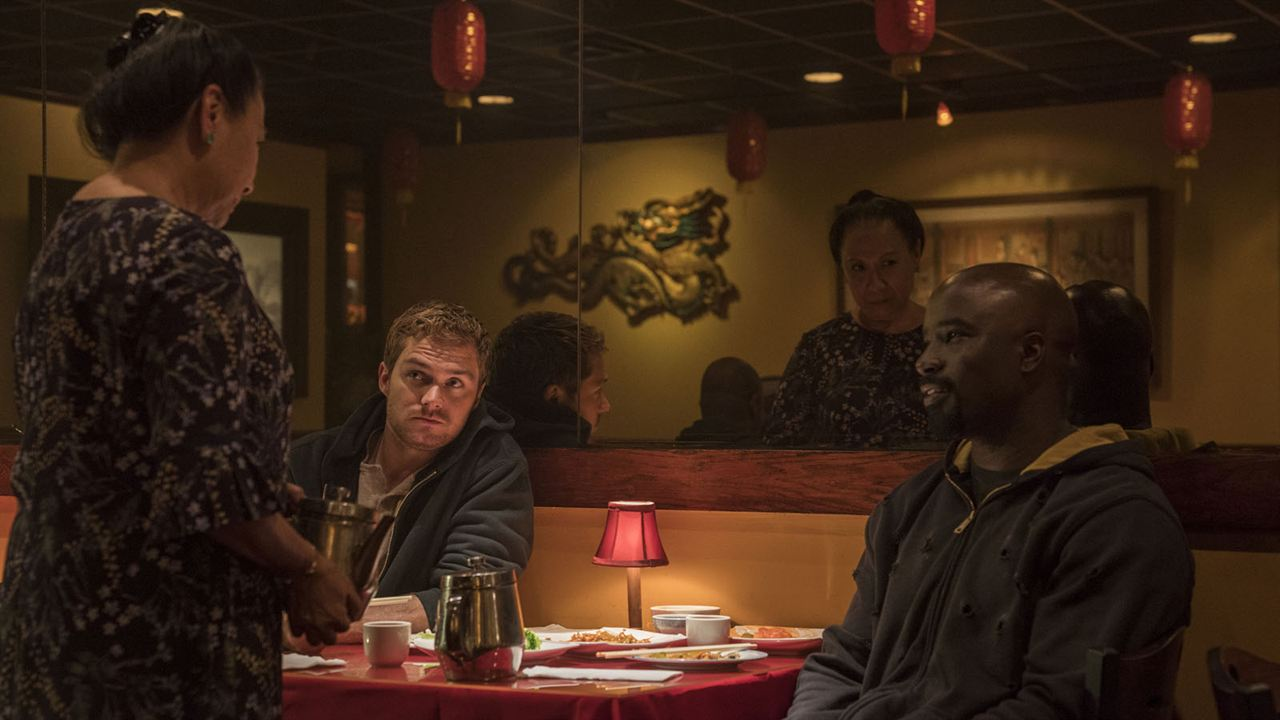Foto Finn Jones, Jade Wu, Mike Colter