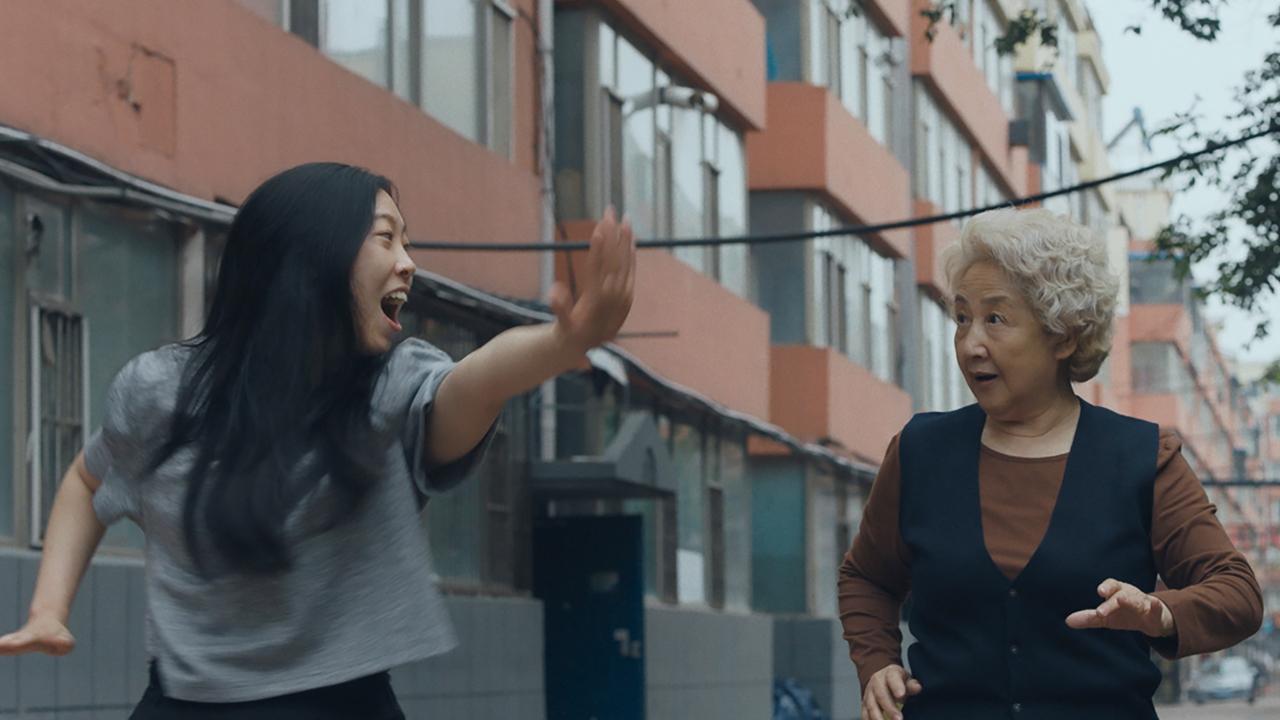 Awkwafina y Zhao Shuzhen en The Farewell