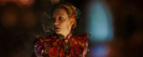 'Alicia a través del espejo': Mia Wasikowska vive una carrera contra el tiempo en el nuevo tráiler español