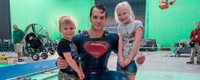'La Liga de la Justicia': Henry Cavill posa con el traje clásico de Superman en una nueva imagen