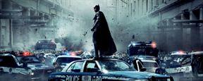 Un hombre con disfraz de Batman y máscara de Capitán América roba cerveza en una tienda