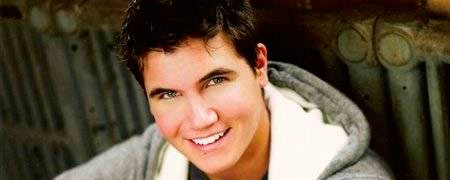 Pretty Little Liars' ficha al joven actor Robbie Amell para