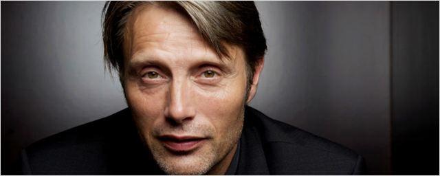 Mads Mikkelsen declara que Gillian Anderson sería una 007 perfecta