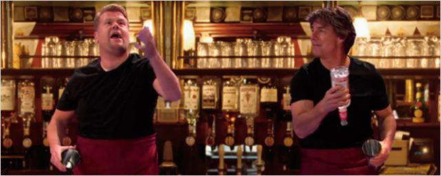 Tom Cruise vuelve a ser el Brian Flanagan de 'Cocktail' en el programa de James Corden