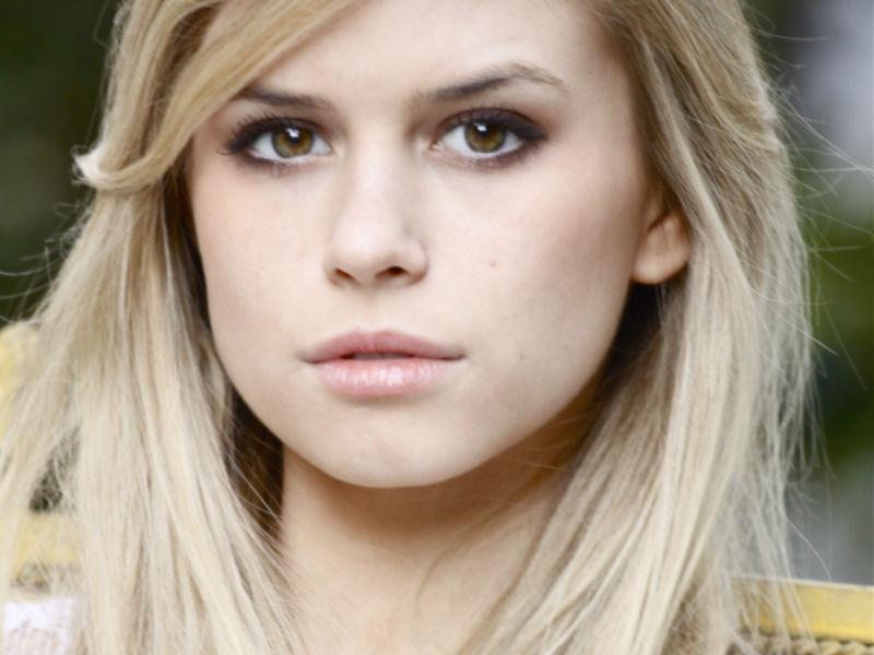 Carlson Young dará vida a Brooke Maddox