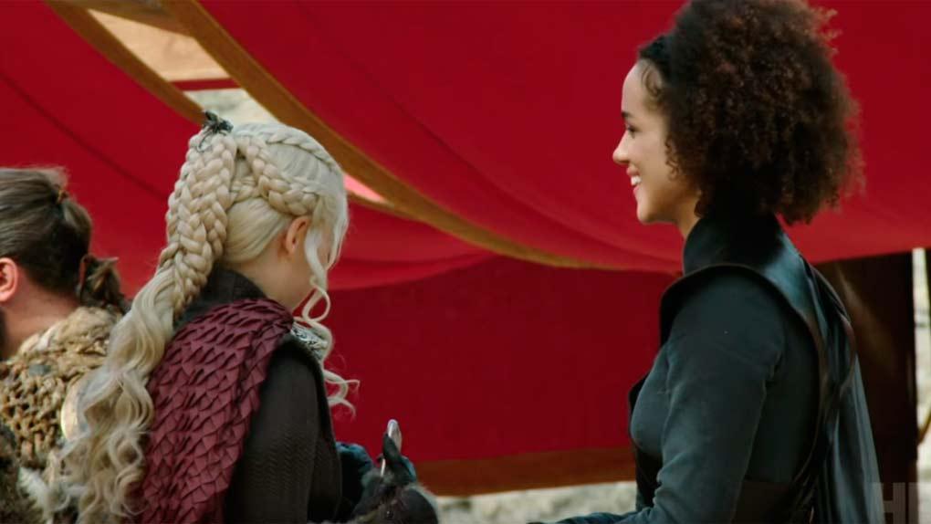 Emilia Clarke y Nathalie Emmanuel